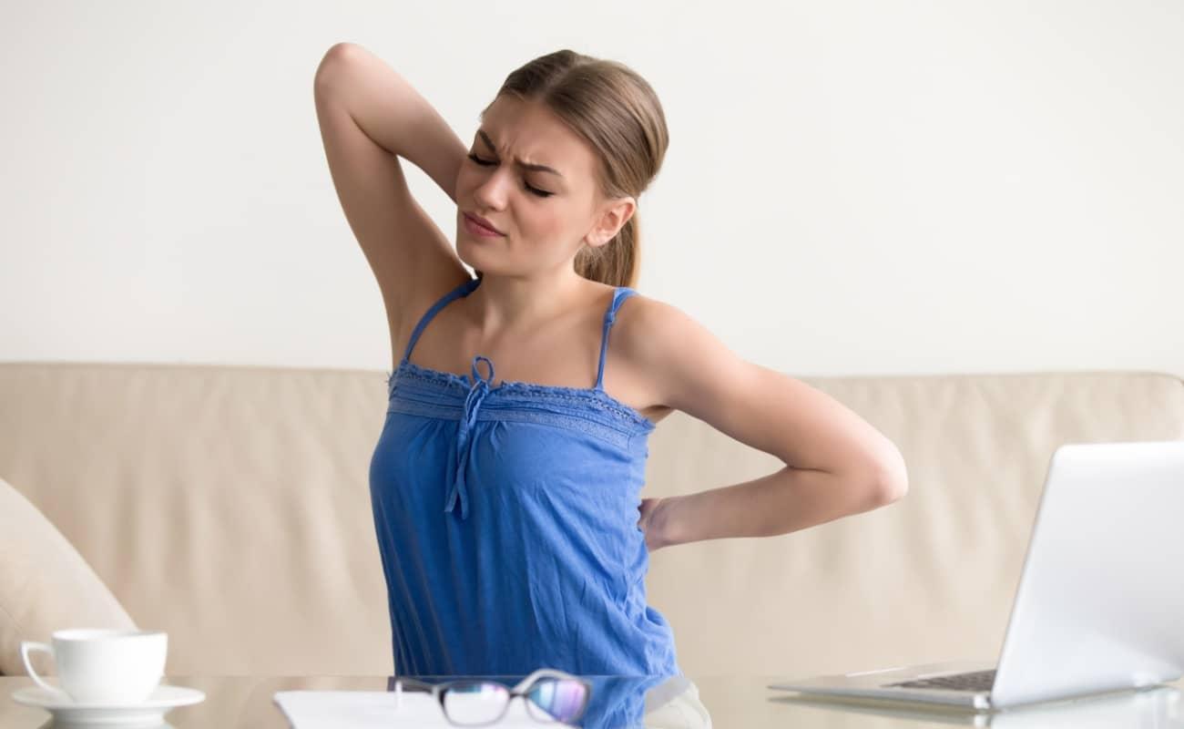 douleur aux omoplates et au dos